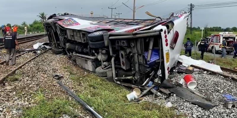 Autobus zůstal ležet převrácený na bok a část se ho zcela odrhla. Záchranáři museli povolat jeřáby, aby byly schopni s troskami hýbat.