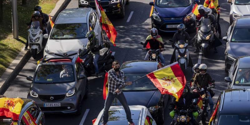 Demisi vlády podle místních médií požadovali i někteří Španělé sledující ceremonii ke státnímu svátku Španělska, jíž se v centru metropole účastnila královská rodina, premiér Pedro Sánchez a jeho vláda.