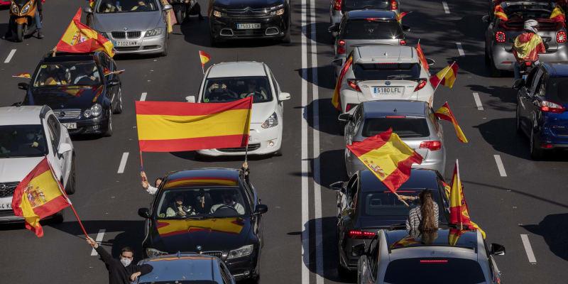 Demonstranti protestovali zejména proti pátečnímu vyhlášení nouzového stavu španělskou vládou v Madridu a dalších osmi městech regionu.