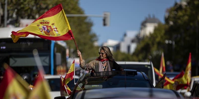 Stovky aut, z nichž lidé mávali španělskými vlajkami, v pondělí způsobily dopravní komplikace v centru Madridu.