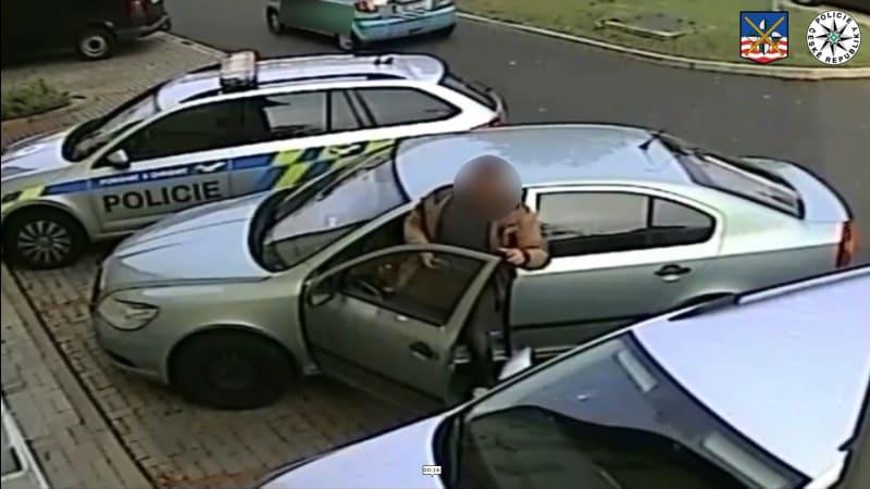 I se zákazem řízení přijel k výslechu autem a ještě zaparkoval na policejním místě
