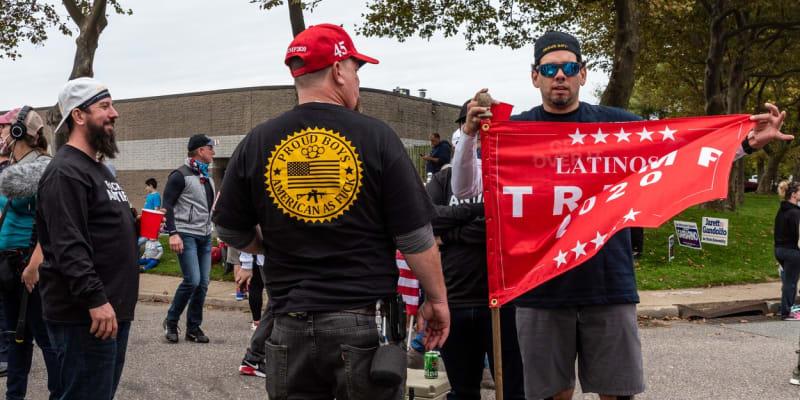Shromáždění Proud Boys na podporu Donalda Trumpa, Ronkonkoma, New York