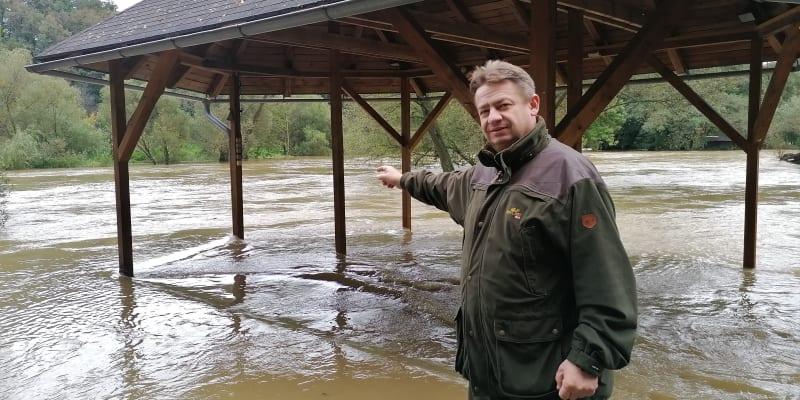 Živnostník Jiří Zapletal před zatopenou terasou hospody Loděnice u řeky Opavy v Děhylově