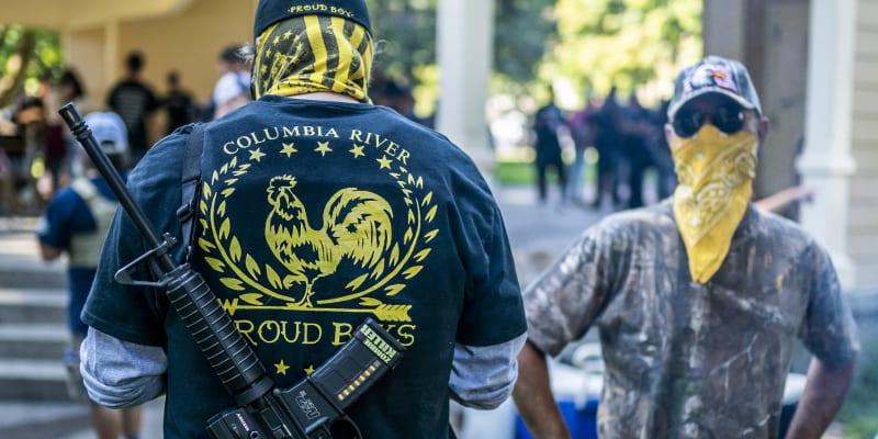 Protesty Proud Boys v Portlandu za postřeleného příznivce Trumpa Daielsona