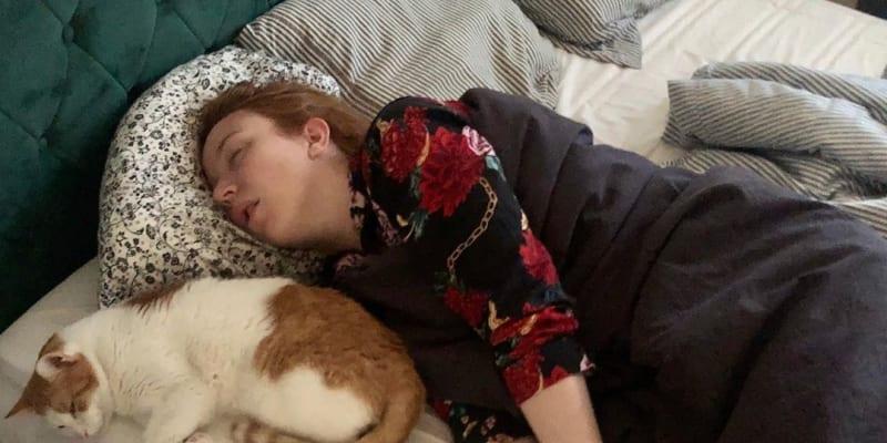 Své narozeniny strávila Doláková v posteli se svým kocourem a koronavirem.