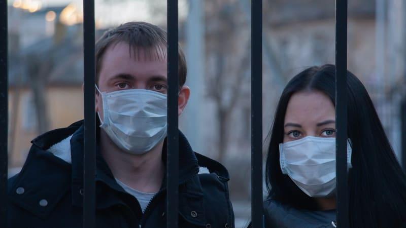 Česku hrozí přísnější opatření. Co by nás po vzoru ostatních zemí mohlo čekat?
