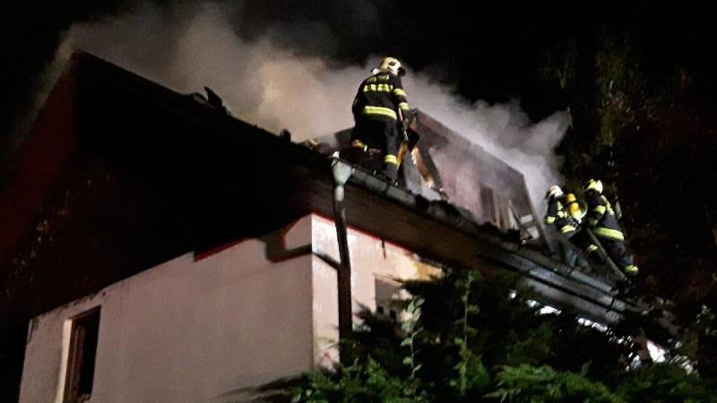 Noční požár chalupy na Havlíčkobrodsku. V plamenech zemřela žena