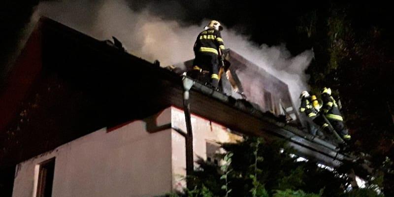 Noční požár rekreační chalupy na Havlíčkobrodsku. V plamenech zemřela žena