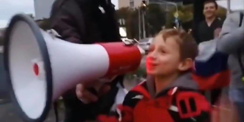 Do megafonu křičely nadávky i další děti.