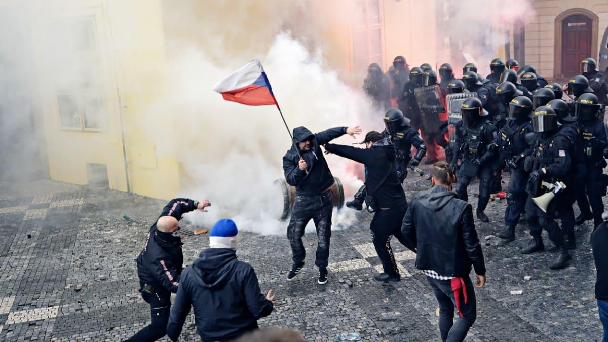 Prahu zřejmě čekají další střety na demonstracích. Připraveny jsou stovky policistů