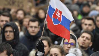 Slovensko zakáže vycházení. V části země se ven dostanou jen lidé s negativním testem
