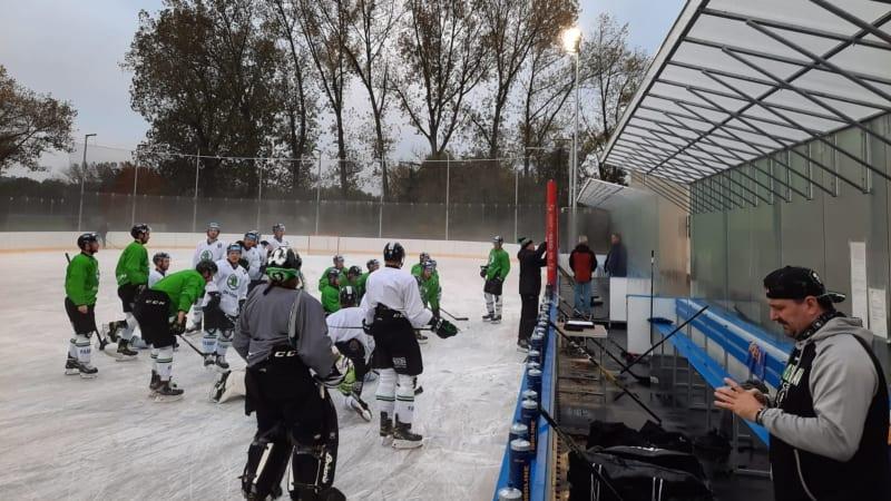 Winter Classic denně. Hokejisté jezdí kvůli opatřením za venkovním tréninkem i 100 km