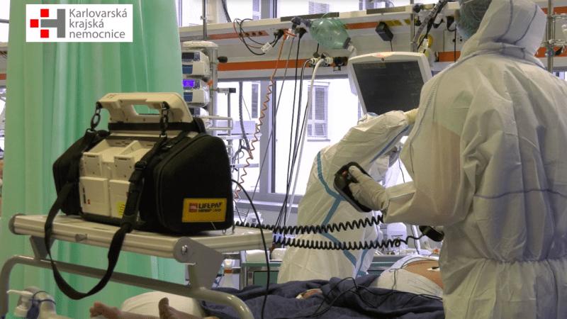 Lékaři ukázali pacienty bojující o život. COVID-19 není chřipka, vzkazují demonstrantům