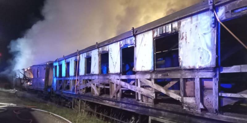 Požár v Železničním muzeu Výtopna v Jaroměři v noci na dnešek poškodil pět historických vagonů. (foto: HZS Královehradeckého kraje)