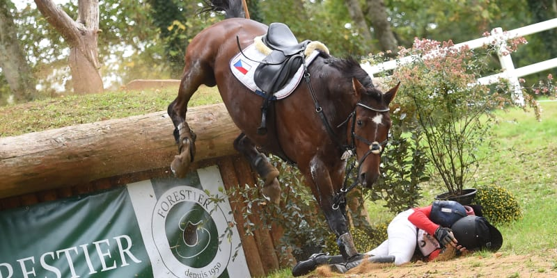 Česká jezdkyně Gabriela Slavíková nezvládla se svým hnědákem překážku a nepříjemně dopadla na zem.