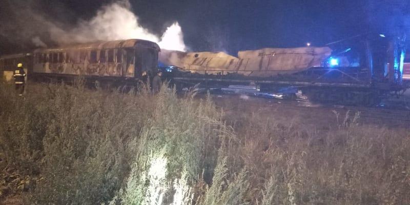 Požár v Železničním muzeu Výtopna v Jaroměři v noci na dnešek poškodil pět historických vagonů.(foto: HZS Královehradeckého kraje)