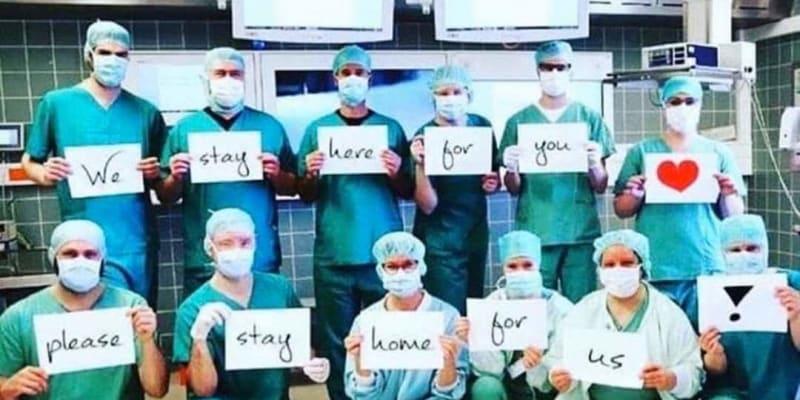 Vzkazy zdravotníků z celého světa: Zůstaňte doma pro nás, my zůstaneme tady pro vás.