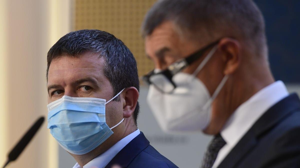 Babiš s Hamáčkem: Přibyde 15 tisíc nakažených, JIP čeká skokový nárůst pacientů