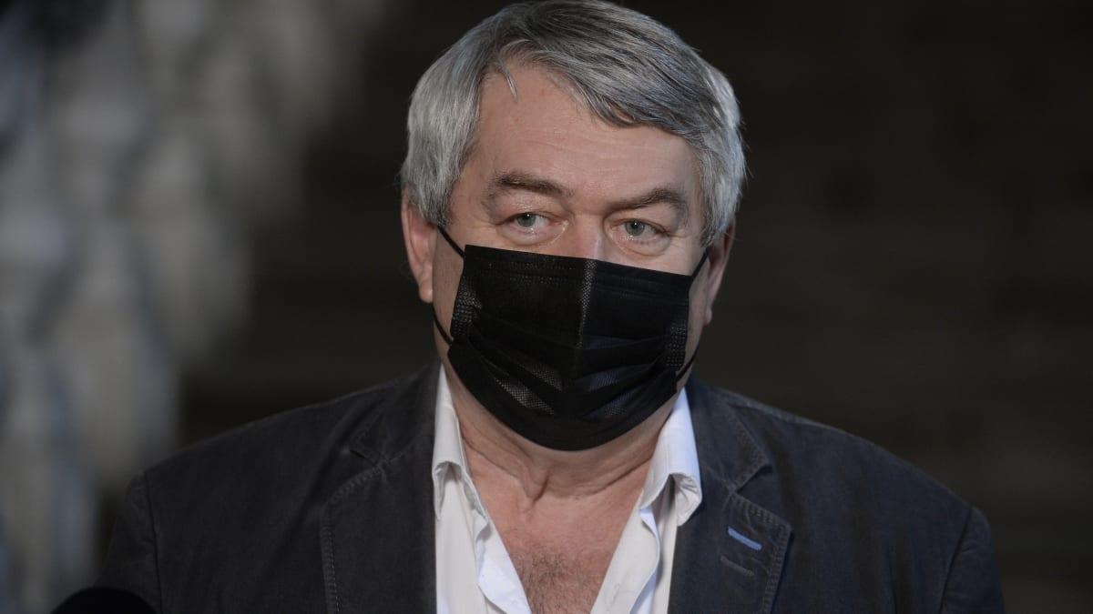 Ať jdou lékaři v politice do nemocnic, vyzval komunista Filip Babiše. Hřib nastoupí