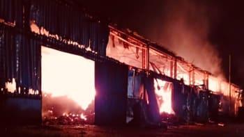 Na Jesenicku hoří hala se senem. Českým hasičům pomáhají i polští kolegové