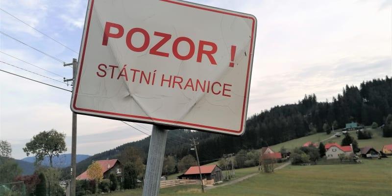 Hraniční osada Vjadačka, státní hranici tvoří asfaltová cesta mezi domy