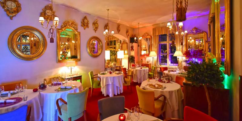 Interiér restaurace působí opravdu okázale.