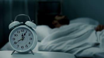 Pandemie přinesla lidem delší spánek, ale zároveň i více nočních můr