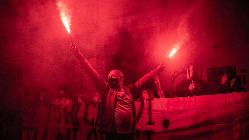 Světlice, lahve a baseballové pálky. Neapol ostře protestovala proti vládním opatřením