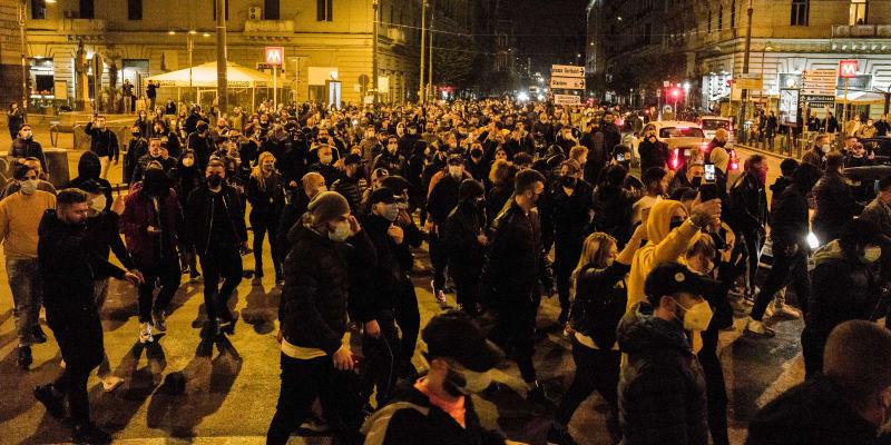 V italské Neapoli se protestovalo proti přísným opatřením proti koronaviru. Došlo na střety s policií.