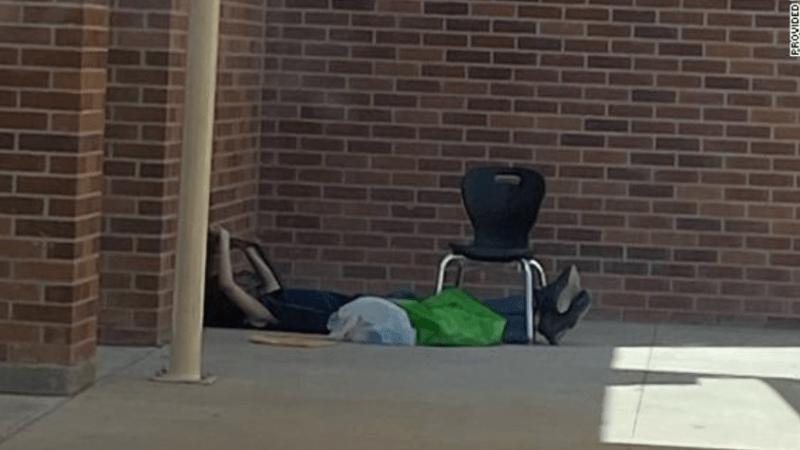 Chlapec musel lovit wi-fi před zavřenou školou. Dárce mu zaplatil domácí připojení