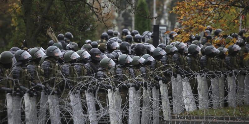 Desítky lidí byly zadrženy také ve městě Lida na západě země, kde policie podle agentury Reuters použila proti demonstrantům i slzný plyn.