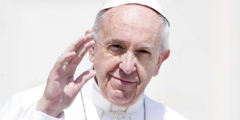 Papež František na Instagramu olajkoval příspěvek modelky Natalie Garibottové, která je na fotografii zachycena v erotickém prádle.