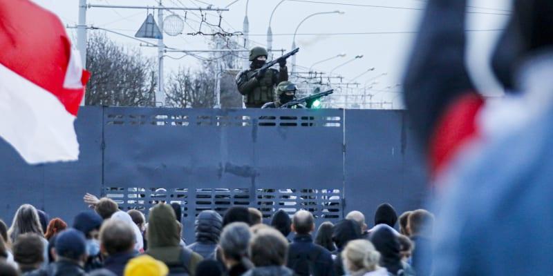 Bezpečnostní složky použily proti demonstrantům slzný plyn a zadržely přes 100 lidí.
