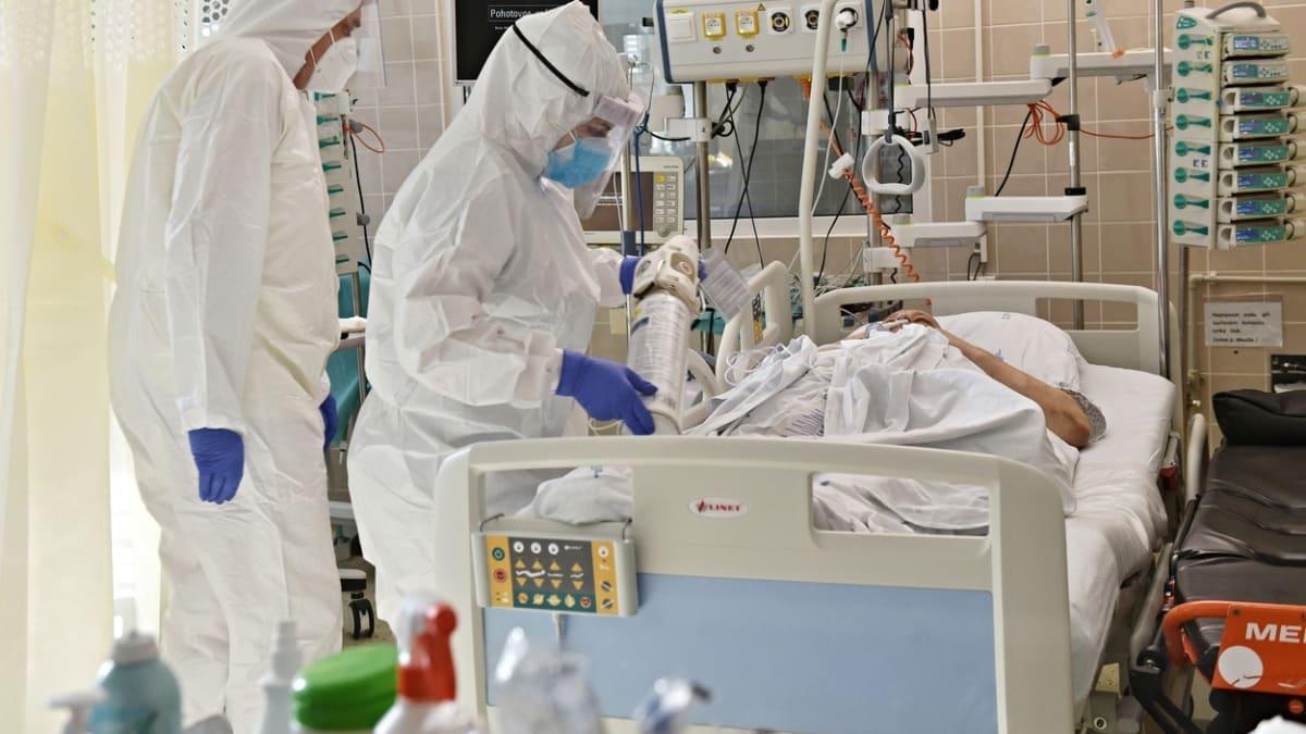 Kapacitu máme už jen pro tři pacienty. Sestry mohou mít trvalé následky, říká primář