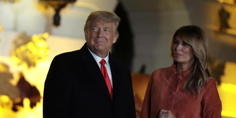 Donald a Melanie Trumpovi v areálu Bílého domu.