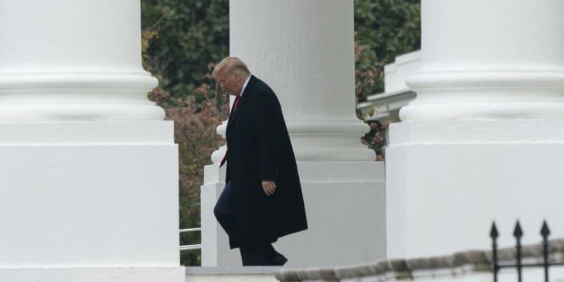 Donald Trump vychází z Bílého domu.