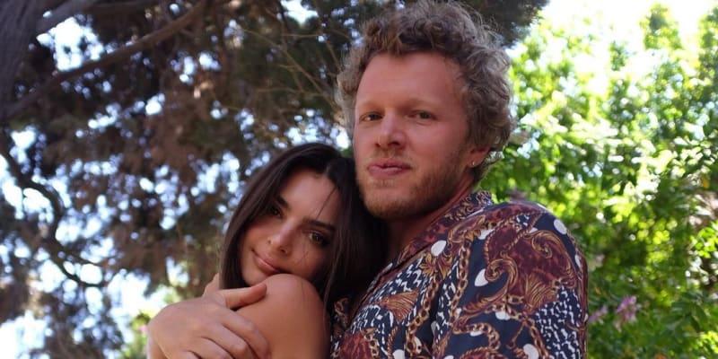 Topmodelka Emily Ratajkowski čeká s manželem Sebastianem Bear-McClardem prvního potomka.