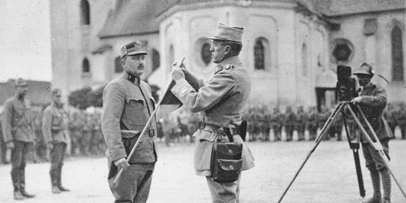 Plukovník Šnejdárek dekoruje české bojovníky na Slovensku, 1919.