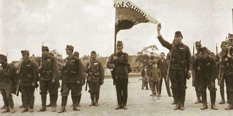 Zástava českého vojska v Bratislavě s nápisem Od Šumavy k Tatrám
