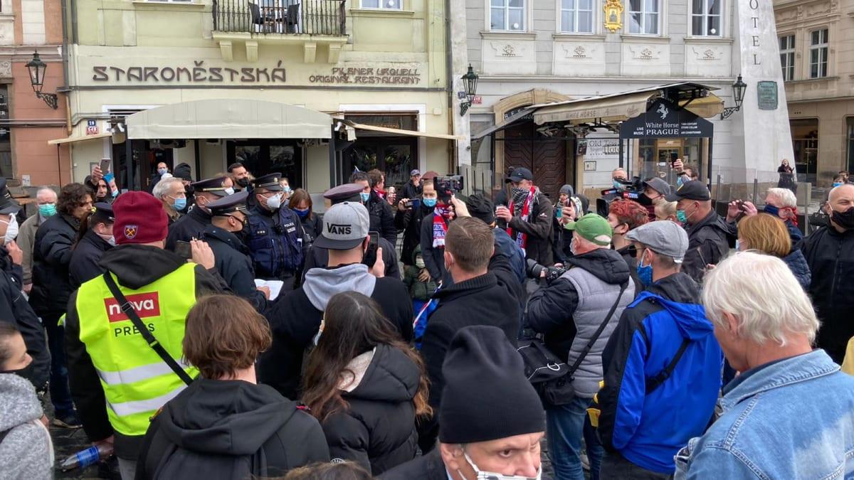 Sledujte ŽIVĚ: Na Staroměstském náměstí vznikl konflikt mezi policií a částí demonstrantů
