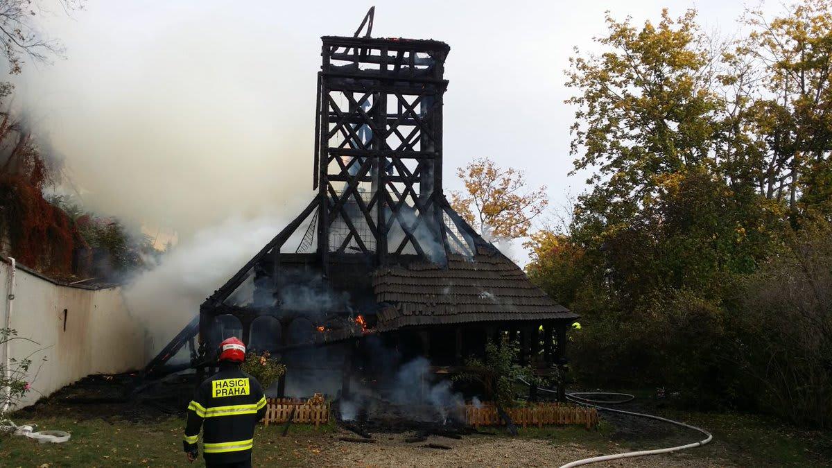 Požár v Praze prakticky zničil vzácný dřevěný kostel sv. Michala. Hasiči už dohašují trosky