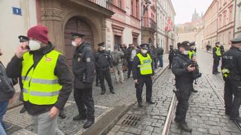 ON-LINE: Demonstranti se přesunuli na Klárov. Policie řešila několik konfliktů