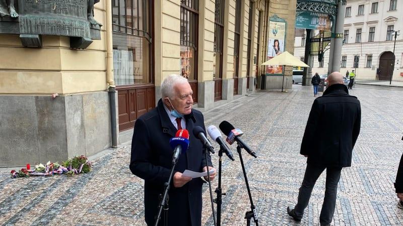 Klaus žaluje ministerstvo kvůli pokutě. Projev bez roušky nemohl mít následky, tvrdí