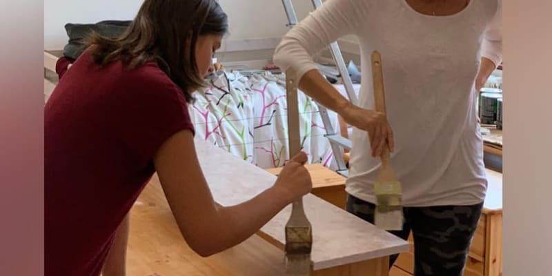 Moderátorka se pustila do malování pokoje s dcerami Natálií a Karolínou.