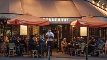 Francie minuty před celostátní karanténou: Restaurace plné lidí a dopravní kolaps