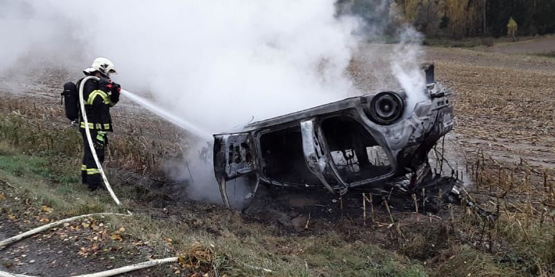 Na Pelhřimovsku začalo po nehodě hořet auto.