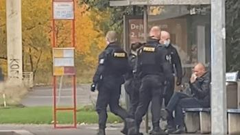 VIDEO: Policie zfackovala muže bez roušky. Neomluvitelné, hřímá policejní prezident
