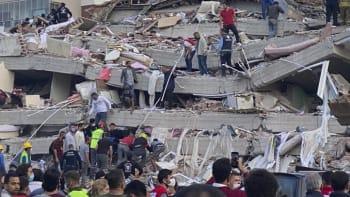 V Turecku a Řecku po zemětřesení pokračovaly vyprošťovací práce. Zemřelo minimálně 26 lidí