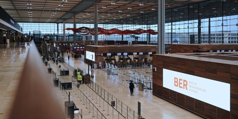 Proti zprovoznění terminálu 1, který je středobodem nového letiště, v sobotu demonstrovaly stovky klimatických aktivistů