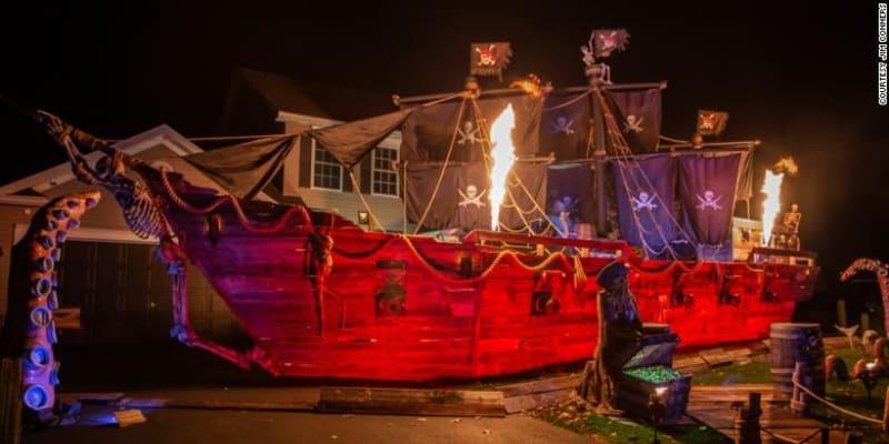 Otec postavil svým dětem na Halloween přes patnáct metrů dlouhou pirátskou loď